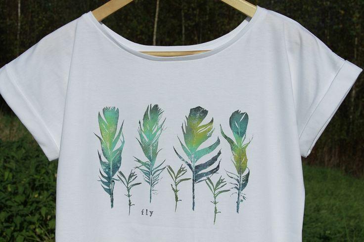 Gorgeous T-shirt with real leaves stamped on it!  Wzór wykonany ręcznie metodą stemplowania piór na tkaninie.