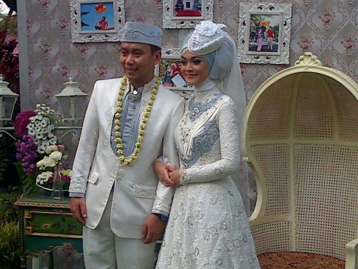 Raden annisa muslim wedding dress (combination of white and.. gray? Or such as baby blue?)