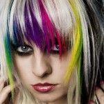 La coupe est plutôt simple, mais que dire de la coloration ! Sur une version inspirée de la coupe au bol, les cheveux de cette jeune femme ont été effilés, autant au niveau de la frange que des longueurs. Le coiffeur a de plus effectué un joli dégradé sur les côtés. Une coupe mi-longue, facile à entretenir, idéale pour celles qui ont les cheveux droits et volumineux, bien qu'un bon brushing puisse leur ajouter beaucoup d'ampleur.  Revenons à la coloration. Comme on peut le remarquer sur la…
