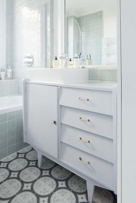 Une salle de bains avec un meuble chiné, des années 1950
