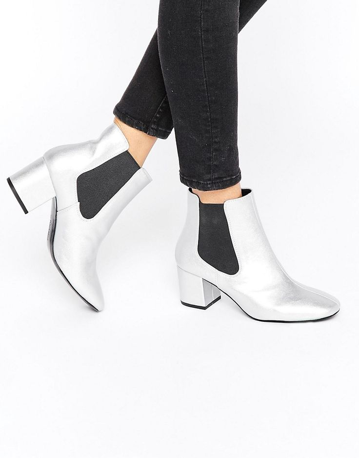 SHOP / PULL & BEAR BOOTS I somehow don't own a pair of silver ankle boots. This is wrong. These Pull & Bear silver chelsea boots should do the trick. Shiny, but not too much, they're going to go with everything.