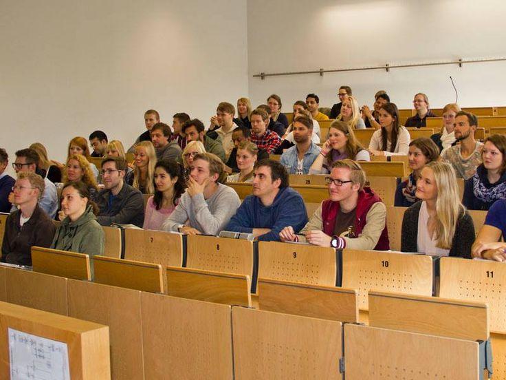 Heute (25.09.2014) begrüßte die FH Kiel eine vergleichsweise geringe Anzahl von Erstsemestern, denn die Master-Studiengänge des Fachbereichs Wirtschaft sind klein aber fein. Außerdem haben viele, die bereits ihren Bachelor an der Fachhochschule Kiel gemacht haben, gar nicht teilgenommen. Sie kennen unsere Hochschule ja auch schon. Viel Spaß und Erfolg für alle!