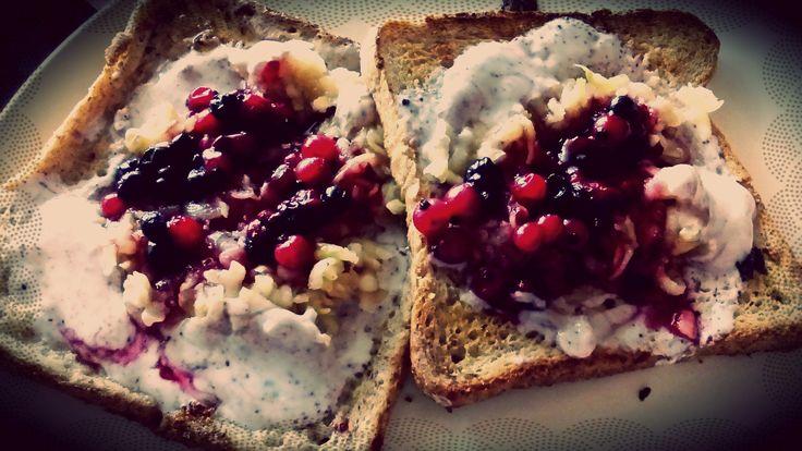 Francouzský toast s ovocem, tvarohem a medem <3 -- French toasts with curd, fruits and honey :)