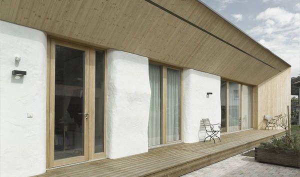 """Für das Strohhaus in Dornbirn wird Stroh nicht nur als gutes Dämmmaterial eingesetzt, sondern auch als Tragkonstruktion genutzt. Ökologische Baustoffe, Low Tech und ein innovatives Grundrisskonzept prägen das Haus. Das Gebäude mit der 120cm dicken Außenhülle bietet im Inneren ein offenes Raumkonzept. In die """"freie Halle aus Stroh"""" sind 4 Wohnboxen aus Holz eingestellt – …"""