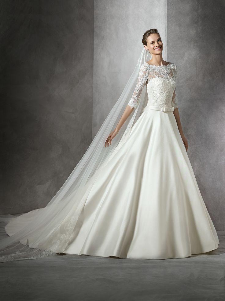 Il modello Toricela è un abito da sposa confezionato in mikado, in stile principessa. Si caratterizza per la scollatura a barca impreziosita da motivi floreali in pizzo.