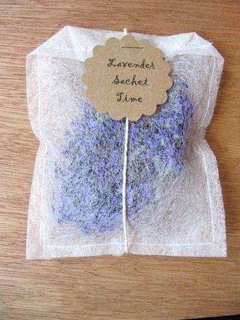 口の部分をティーバッグのような形に折りたたんで縫います。紐と花形にくりぬいた紙を付けるとかわいさもアップ。