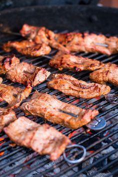 Spiedini di carne alla brace. Come preparare la flank steak americana