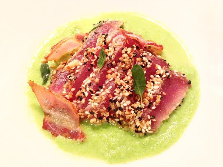 Stasera cena orientale Tataki di Tonno con doppio sesamo e pinoli insalata liquida di cavolo cinese e bacon croccante #ilovethechicfish by carlotta_gi