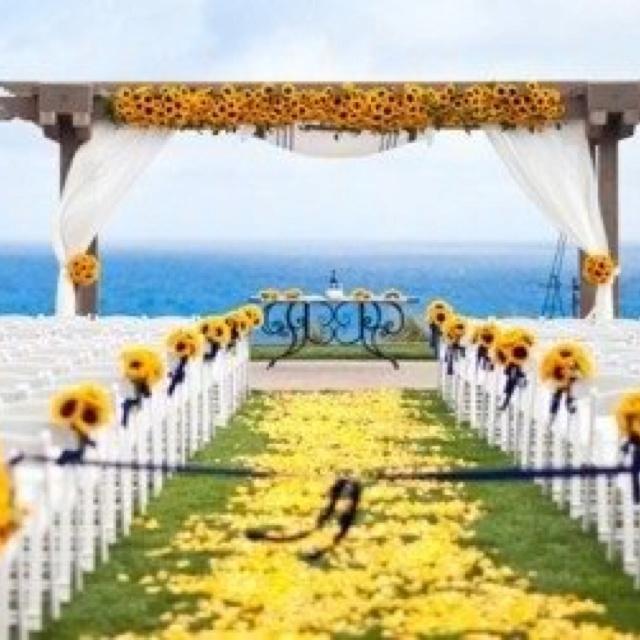 Cerimônia: flores amarradas nas cadeiras para decoração do corredor