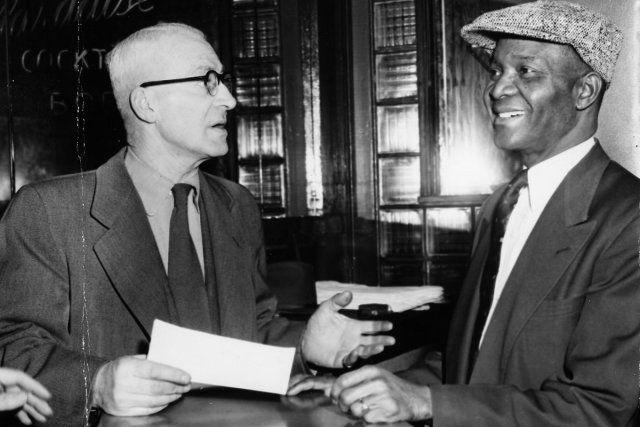 Dans cette photo de 1953, Rufus Rockhead (à droite) discute avec un fonctionnaire de la «Commission des liqueurs» qui vient de saisir l'alcool au Rockhead's Paradise Café, haut-lieu de divertissement de la Petite-Bourgogne des années 40 et 50. Les choses se sont arrangées...  PHOTO: ARCHIVES LA PRESSE
