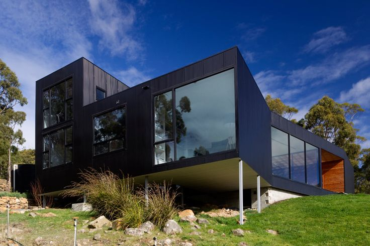 This house at Allens Rivulet Tasmania, uses roofing and walling made from COLORBOND® steel. Photograph: Paul Bradshaw.