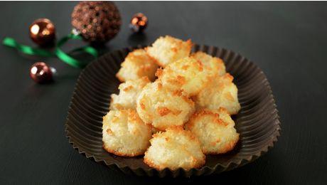 Slik gjør du: 1. Forvarm stekeovn til 180 °C.Gjør klar et stekebrett, eller to med bakepapir. 2.Visp eggehviter lett sammen i en kasserolle. Bland inn sukker, vaniljesukker og kokosmasse. 3. Sett kasserollen på middels varme og rør hele tiden langs bunnen med en tresleiv. Når massen har konsistens som tykk risengrynsgrøt er den ferdig, ca. 10 minutter. 4. Sett topper av kokosmassen med to skjeer på stekebrettet. 5. Stek kakene midt i stekeovn i ca. 10 minutter, til de er gylne. Avkjøl…