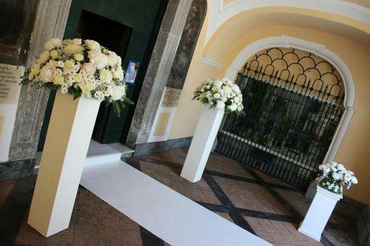 Eleganza e essenzialità di un allestimento floreale all'ingresso della chiesa Per far sognare una principessa moderna