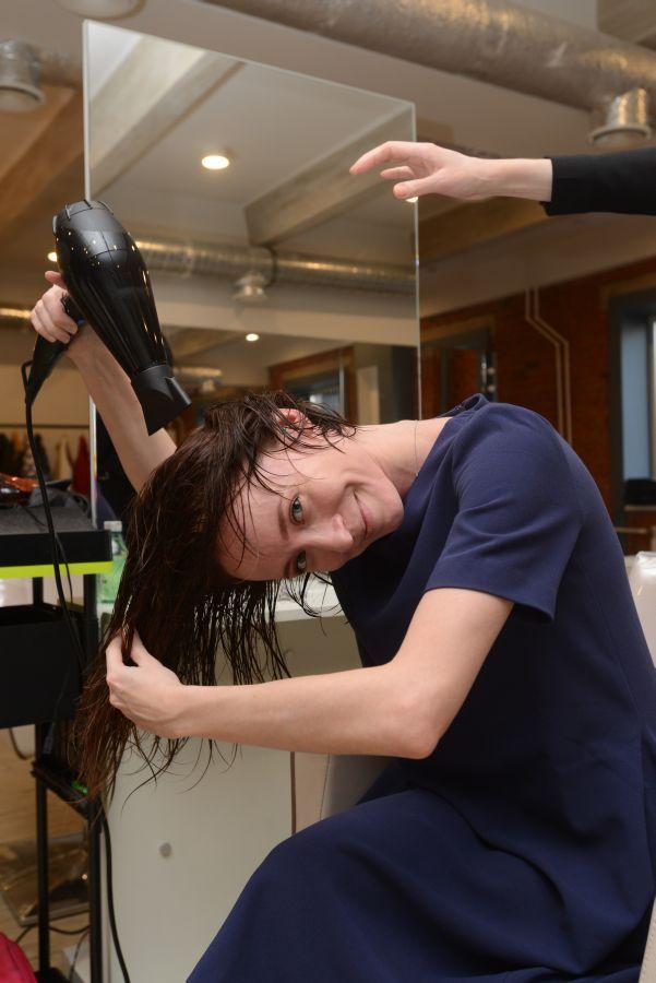1.все хорошенечко высушить феном, предварительно нанеся спрей для объема.Волосы сушим головой вниз-дуть на голову феном стоит именно держа его над головой, а не сбоку или снизу. Можно дополнительно прочесывать при этом волосы пальцами или расческой.Важно досушить волосы до конца перед тем, как приступить к их укладке.