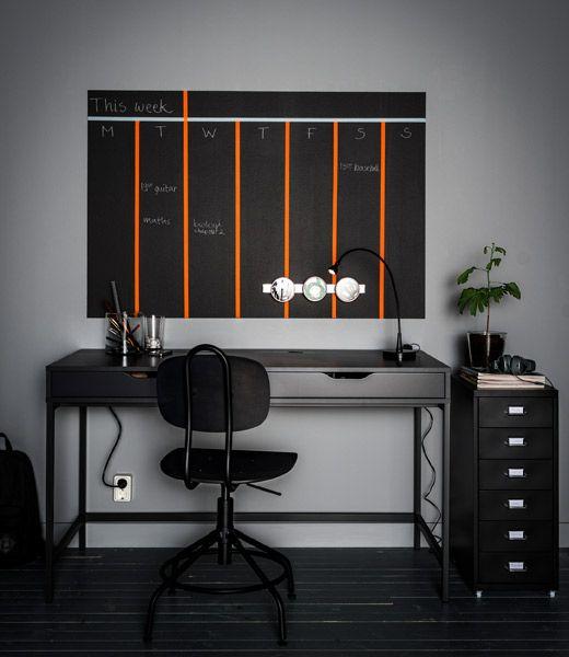 Ideeën voor een opgeruimd bureau, zoals lade-inzetten, bakjes op een magneetlijst en een geschilderde wandkalender worden getoond in en boven een grijs bureau met twee lades