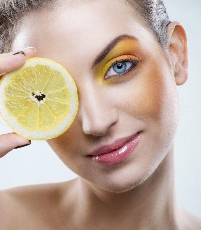 Citricele contin multa vitamina C, care este foarte importanta si pentru sanatatea pielii. De altfel, acest nutrient este ingredient de baza in multe creme pentru fata, pentru ca ajuta in sinteza colagenului, o proteina care
