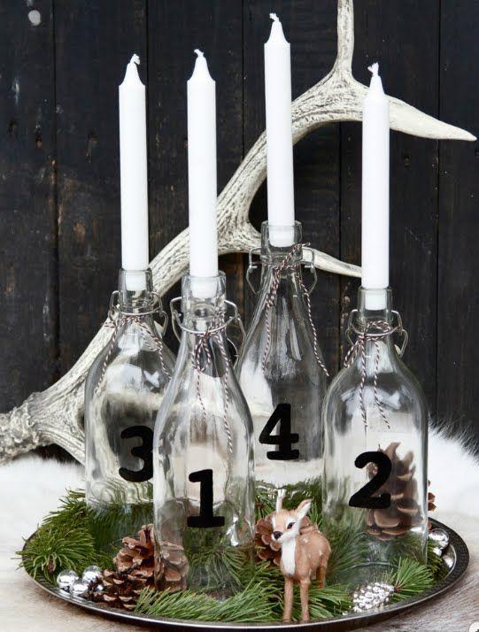 Flaschen-Adventskranz ⭐️ Bottle-Advent-Wreath (Flaschen mit schwarzen Zahlen verzieren, Kerzen in die Hälse stecken, auf einem Tablett mit Zweigen, Tannenzapfen und Schleichtieren dekorieren)