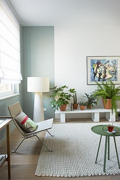 groen en wit met houten vloer.
