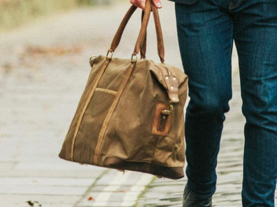 Our canvas holdall for men crafted from canvas & leather is a great addition to our growing collection of travel bags for men and makes a perfect gift. #travelgift #canvas #giftguide