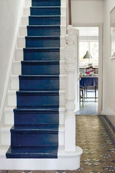 Une belle couleur bleu marine pour repeindre les escaliers en bois et former un tapis de couleur avec le bord des marches et la rampe bois peints en blanc