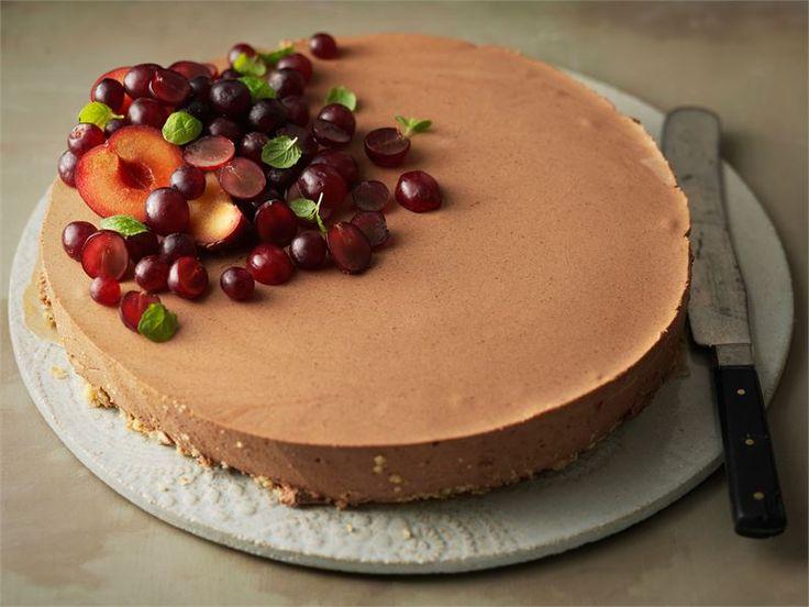 Suklaa-viskikakku on aikuiseen makuun sopiva jälkiruoka. Tarjoa kahvin kanssa.