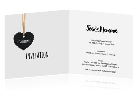 Romantische trouwkaart met eigen foto in zwart-wit. Hip en trendy met schoolbord hart label aan koper draad. Origineel als uitnodiging voor jullie bruiloft. (4201)
