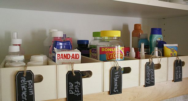 Great ideas for organizing your medicine cabinet.  Avery Chalkboard Labels would work great for this!