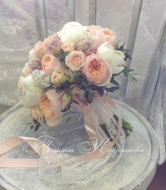 Букет невесты из роз и пионов