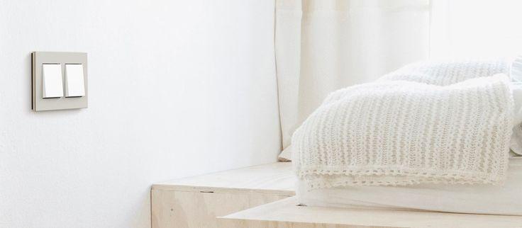 Gira Esprit er en serie designrammer med naturlige rammematerialer i en enkel, klassisk stil. Dette gir designserien en karakter av kvalitet, moderne eleganse og egenart.