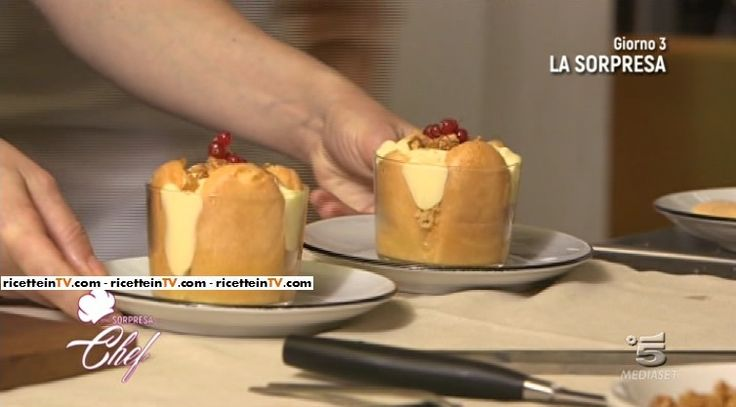 """La ricetta del tiramisù alle mele proposta da Sonia Peronaci in """"Una sorpresa da chef"""", il nuovo programma di Canale 5."""