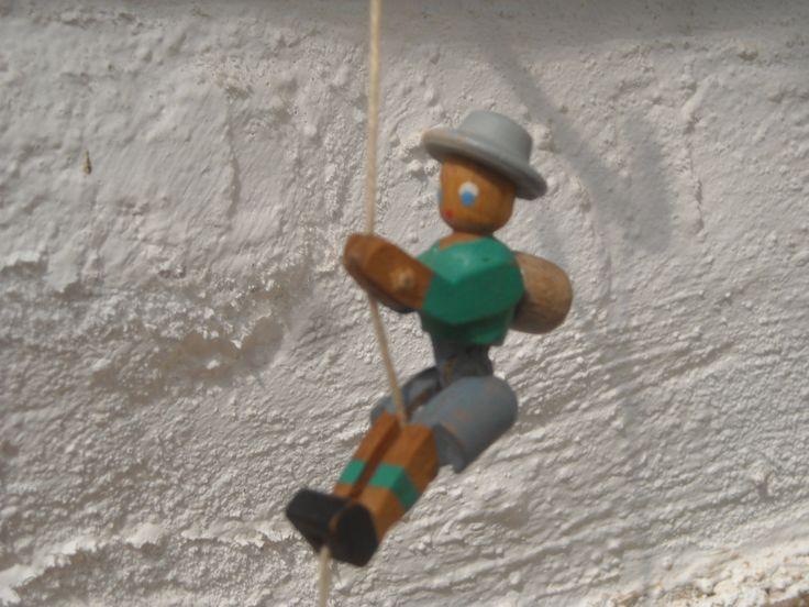 A120 L'apiniste qui grimpe à la corde - Ces vieux jouets en bois qui bougent