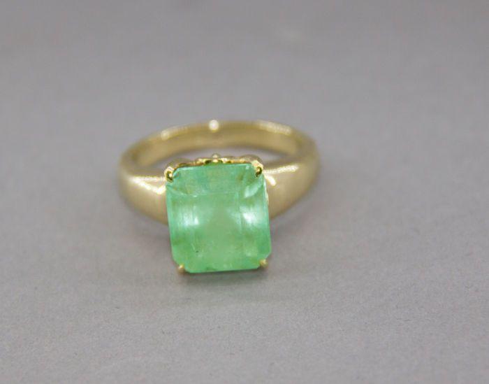 IGI gecertificeerde 694 ct smaragden ring. Lage minimumprijs  14 karaat geelgoudType: RingGrootte: 8 U.S.Gemarkeerd (585) 14kt geel goudGewicht: 730 g totaalAfmetingen van de ring kop-14.x11 mmDe dikte van de ring band - 2.40 mmCentrale steen: natuurlijke emerald 6.94 ctKleur: lichtgroen levendige (neon groen)Duidelijkheid: doorziGrootte: 11.74x10.56x 9.28mmachthoek cutBehandeling: colorles olieAlle kenmerken zijn geschreven in de IGI certificat - hier is een foto van hetFoto's werd gemaakt…