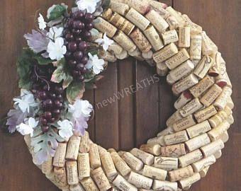 Corona de corcho del vino con uvas Concord y hojas con guirnalda de flores-vino corcho blanco acento