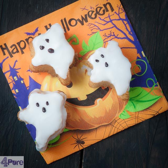 Halloween cake ghost - this easy recipe makes these scary ghosts made of cake and glazing. The how to is only 40 minutes included the baking.