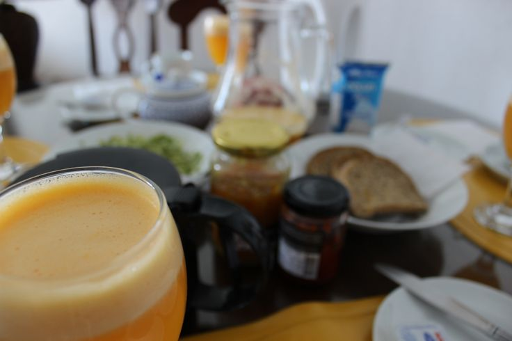 After Bed and Breakfast... Jugo de naranja con jengibre y tostadas integrales con palta hass + mermelada de aji rojo