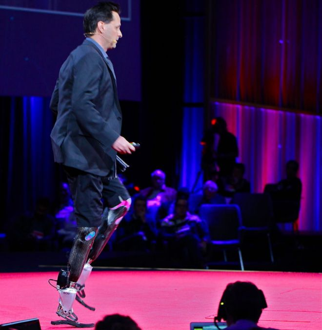 El 'cerebro' de las piernas biónicas  El profesor Hugh Herr (47 años el mes próximo), doctor en medicina, físico, máster en ingeniería mecánica y líder del Grupo de Biomecatrónica, pasea constantemente de un lado a otr
