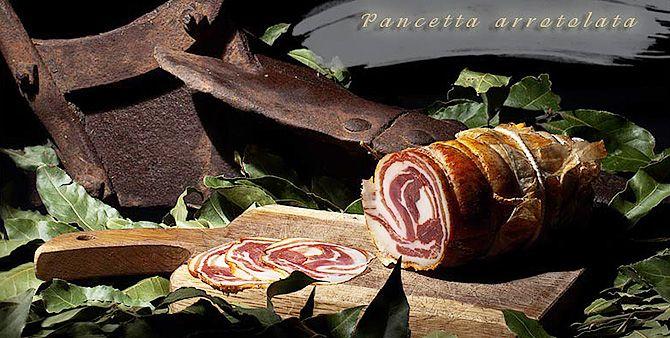 Rolada z boczku to delikatne i miękkie mięso przygotowywane z chudej brzusznej części włoskich tusz wieprzowych. Idealny dodatek do kanapek, świeżych warzyw, marynat, fasoli, a także do zimnych przystawek i serów owczych.