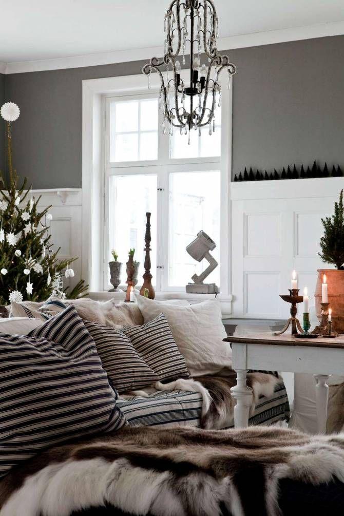 Och nu är familjen i full gång med att starta med julpyntet som får växa fram i väntan på julafton då allt står fram. De börjar med att tända massor av stearinljus och eldar i de tre öppna spisarna. Marie är ju van vid ett traditionellt julfirande sedan hon var liten.