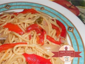 Whole meal spaghetti with red sweet peppers / Spaghetti ολικής άλεσης με κόκκινες γλυκές  πιπεριές - glykesdiadromes.wordpress.com