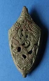 Dupsko af bronze til en sværdskede med et enkelt S-formet dyr i Jellingstil. Selling Hedelod, Østjylland. Bægerets stil - Jellingprojektet