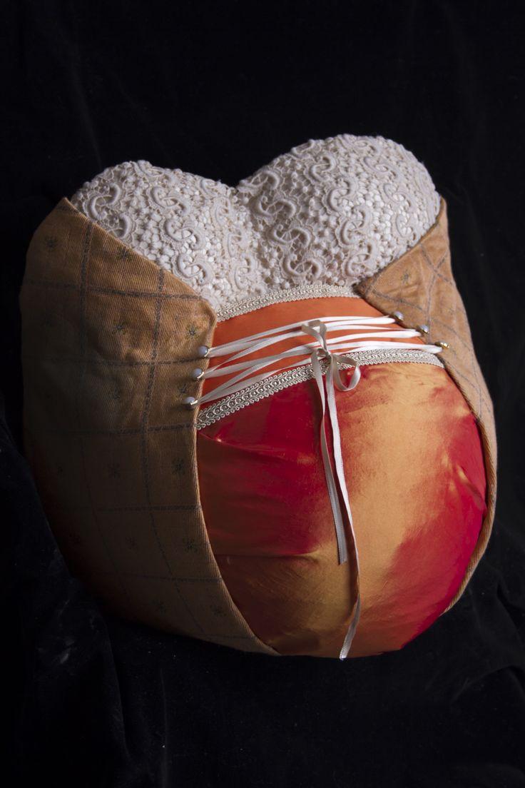molde de yeso embarazada vestida