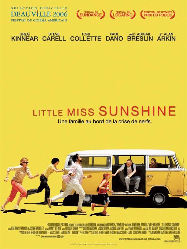 """Little Miss Sunshine est un film de Jonathan Dayton avec Abigail Breslin, Greg Kinnear. Synopsis : L'histoire des Hoover. Le père, Richard, tente désespérément de vendre son """"Parcours vers le succès en 9 étapes"""". La mère, Sheryl, tente de"""