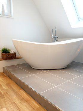 Freistehende Badewanne auf Fliesenpodest
