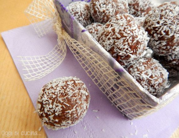 I tartufini di pan di stelle cocco e ricotta nascono così, pochi ingredienti, preparazione velocissima ed ecco un dolcetto goloso e fresco.