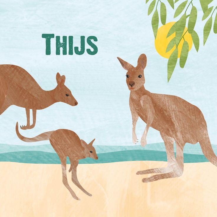 Vrolijk geboortekaartje met illustratie van dieren in Australië: kangoeroes en koala's, op het strand en in de boom. De kleur van de teksten kun je aanpassen. Verkrijgbaar op vrolijkegeboortekaartjes.nl