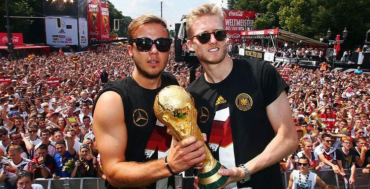 Berlin feiert die DFB-Helden - Etwa 500.00 Fans haben die deutsche Fußball-Nationalmannschaft bei ihrer Ankunft in Deutschland bejubelt. Auf der Fanmeile vor dem Brandenburger Tor präsentierten sich die erfolgreichen Kicker, der Trainerstab und die Betreuer der begeisterten Menge.