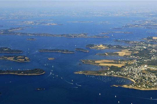 Au large de la ville de Vannes, le golfe du Morbihan qui signifie en breton petite mer,est composé de 42 îles. De nombreuses criques, pointes et rochers émaillent les rives de ses îles. Haut-lieu de navigation,la Semaine du Golfe célèbrechaque année les sports nautiques à grand renfort de fêtes et de régates. Le golfe du Morbihan, Morbihan