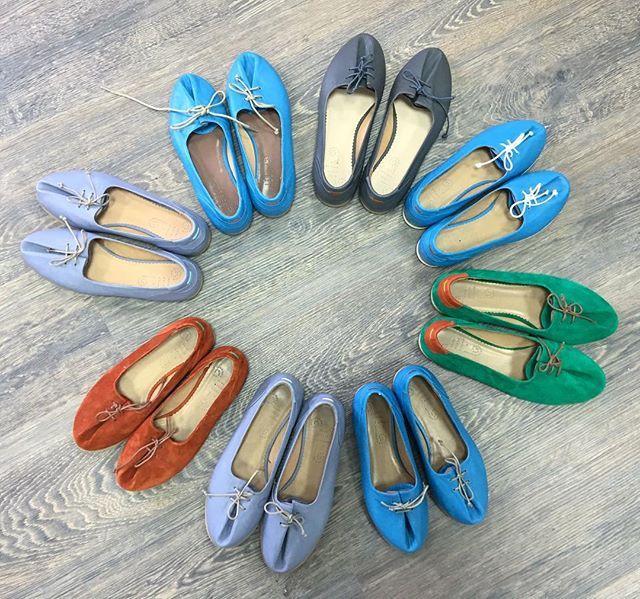 """Последние """"ласточки"""", наши балетки. Зеленые 40 р-р,темно-серые 39 р-р, светло-серые 37,38 р-ры, голубые 35,36,37р-ры, рыжие 36 р-р, 1300 грн. #приключенияхамелеончиков #туфли #балетки #обувь #обувькиев #hameleonshoes #followme #vscoua #осень #обувьосеньhameleonshoes"""