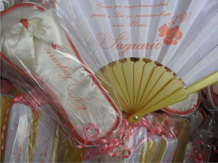Detalles pantunflas y abanicos personalizados