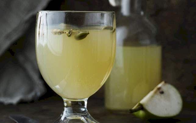 Varm pæredrik med hel ingefær og kardemomme